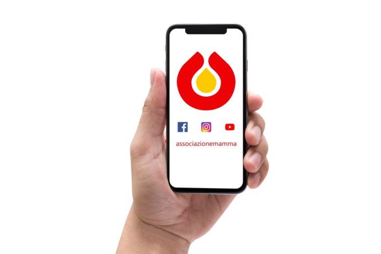 Logo dell'Associazione Mamma sullo schermo di un smartphone.